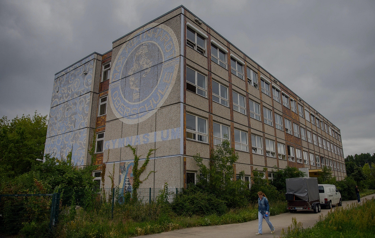 An old school building in the Berlin district of Marzahn-Hellersdorf has been turned into a shelter for asylum seekers, triggering protests by neighbours and right-wing extremists.